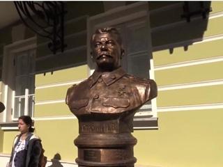 В Москве на  Аллее правителей  установили бюст Сталина