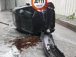 Легковушка с ребенком в салоне упала с моста в Киеве