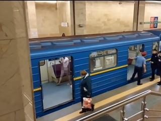 В Киеве голый мужчина попытался угнать поезд метро