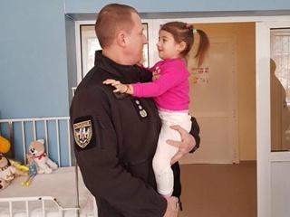 В Днепре врачам удалось спасти дочку лейтенанта полиции, спасшего Мариуполь от теракта
