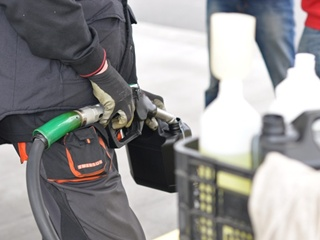 Бензин начал дешеветь вслед за долларом: какую цену ждать к концу февраля?