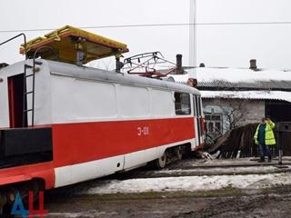 В Донецке трамвай протаранил жилой дом