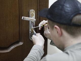 В Киеве поймали парня, который ограбил квартиру дипломата