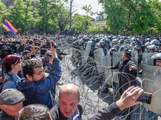 В Армении полиция готовится разогнать демонстрантов, их лидер попал в больницу
