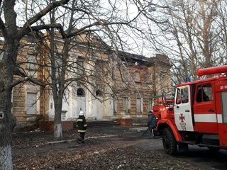 В Харьковской области загорелась старинная усадьба