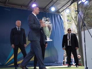 Кличко принял участие в церемонии передачи кубков Лиги чемпионов УЕФА
