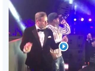 Видео: на Каннском фестивале Траволта не удержался от  качающих  ритмов 50 Cent