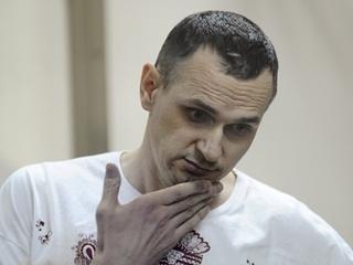 Олега Сенцова могут принудительно кормить, - адвокат