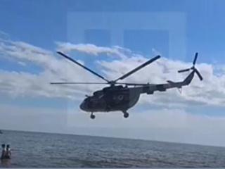 В Мариуполе в нескольких метрах над головами пляжников пролетел вертолет