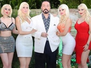 В Турции арестовали известного сектанта-проповедника и десятки его  девушек-котяток