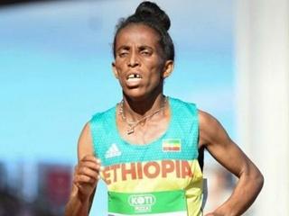 На чемпионате мира по легкой атлетике бронзу выиграла 16-летняя бегунья, выглядящая на 50