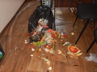 В Николаеве местный бизнесмен высыпал мусор в кабинете райадминистрации