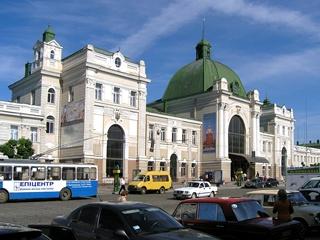 На вокзале в Ивано-Франковске за отказ дать денег попрошайка искромсал киевлянина