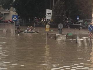 После мощного ливня дороги Львова ушли под воду