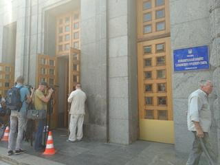 Ночная стрельба в Харькове: охранники сами открыли дверь