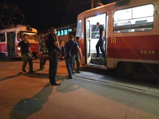 Две смерти за вечер: в Киеве умерли пассажиры в трамвае и на вокзале