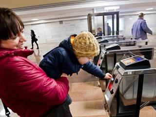 В Киевском метрополитене напомнили, что еще не поздно обменять синие жетоны
