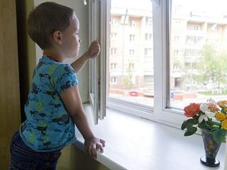 В Харькове мальчик проснулся раньше матери и выпал из окна