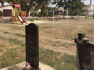 В Мелитополе установили на кладбище детскую площадку