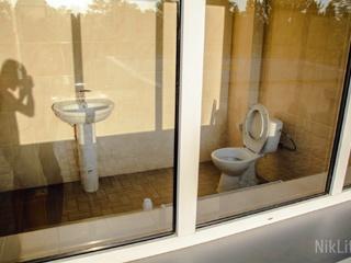 В Николаеве прозрачный туалет на стадионе прикрыли картонками