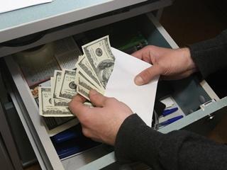 Массовые облавы на зарплаты в конвертах начнутся через месяц