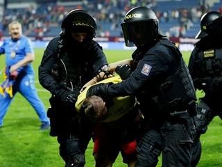 Украинские фанаты подрались с чешской полицией после матча сборной