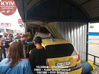 В Киеве легковушка врезалась в остановку