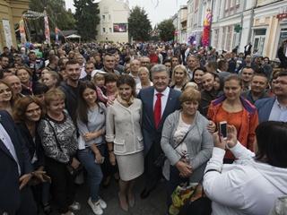 Петр и Марина Порошенко вышли в народ в день янтарной свадьбы