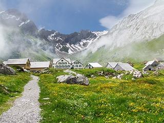Уникальный эксперимент: жителям швейцарского села будут просто так платить 2 570 долларов в месяц