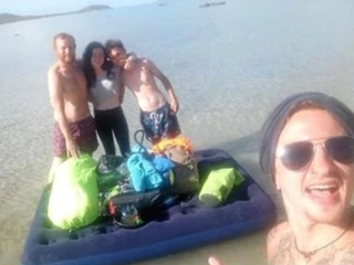 Четверо туристов застряли на необитаемом острове из-за дыры в надувном матрасе