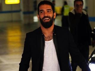Игрок  Барселоны  сломал нос певцу после приставаний к его беременной жене
