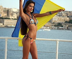 Красивые девушки в бикини на светском раунде