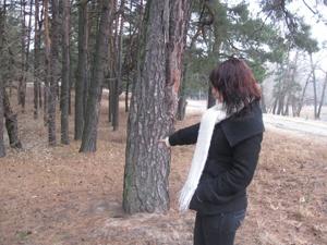 Издеваются над девушками в лесу видео