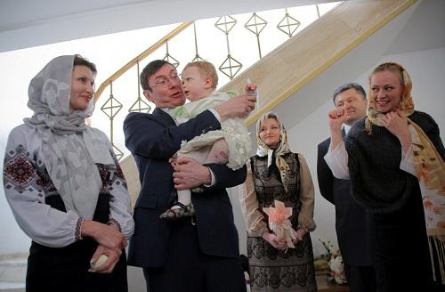 Znalezione obrazy dla zapytania Луценко хрестить дитину порошенко
