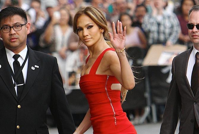 Самое сексуальное платье красного цвета на энистон