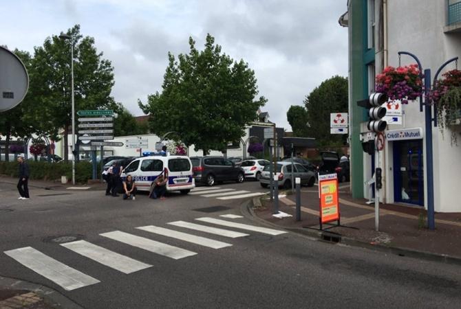 Во Франции захватили заложников в церкви и убили священника