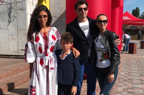 d50dc157d5532f7 Санта Димопулас отвела сына в школу с бывшим супругом и его невестой ...