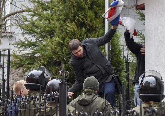 Четырех украинцев заочно арестовали занападения наконсульство РФ