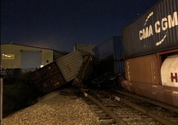 Товарный поезд из50 вагонов сошел срельсов вСША