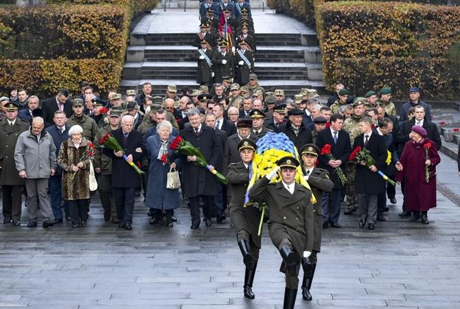 Президент ипремьер поздравили украинцев сгодовщиной изгнания нацистов