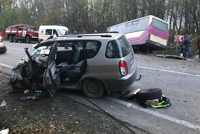 ВоЛьвовской области легковой автомобиль столкнулся савтобусом