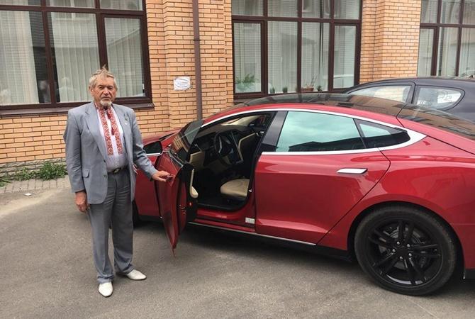 Пенсионер на Tesla, продавал мед в Киеве