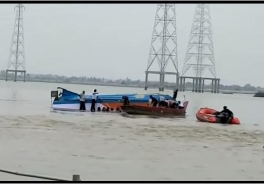 Неменее 10-ти человек погибли при крушении переполненной лодки вИндии