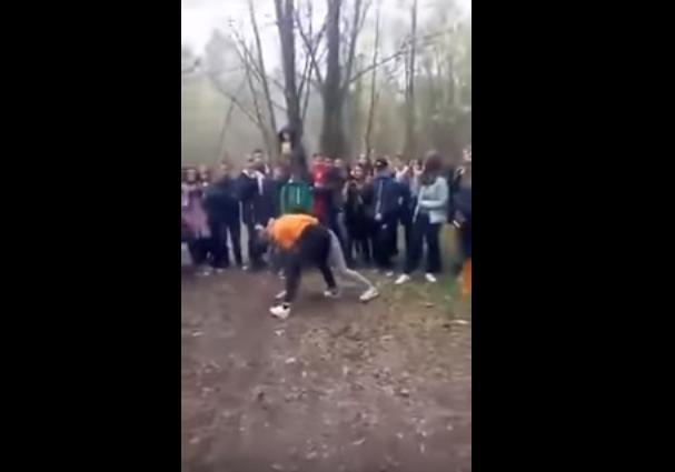 Школьница безжалостно избила сверстницу перед толпой молодых людей наХерсонщине