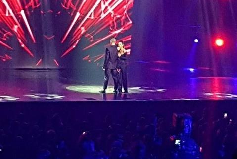 Ани Лорак восхитила фанатов ослепительным платьем нацеремонии журнала «ОК»