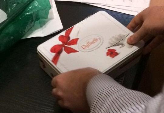 Впрокуратуру принесли взятку вкоробке конфет