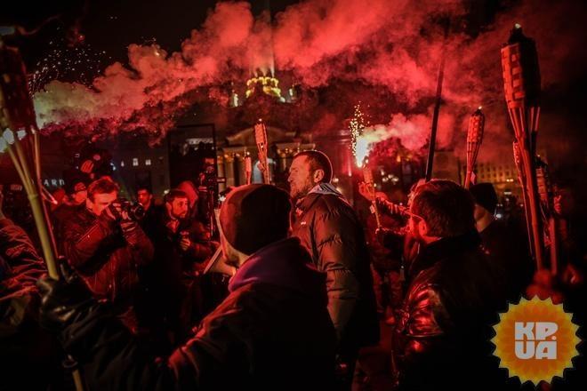 Участники факельного шествия вКиеве забросали файерами полицию