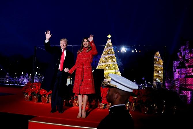 Дональд иМеланья Трамп зажгли огни нарождественской ели вВашингтоне