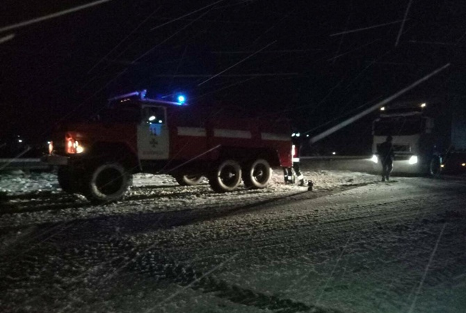 Снегопад осложнил движение транспорта наперевалах Закарпатья