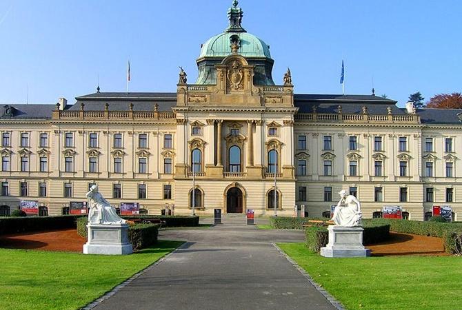 Земан принял отставку руководства Чехии